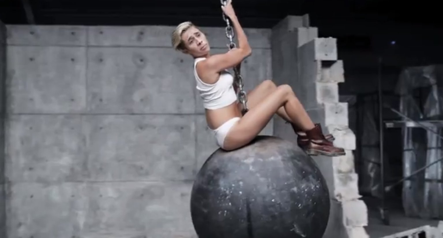 o-MILEY-CYRUS-NICOLAS-CAGE-WRECKING-BALL-facebook